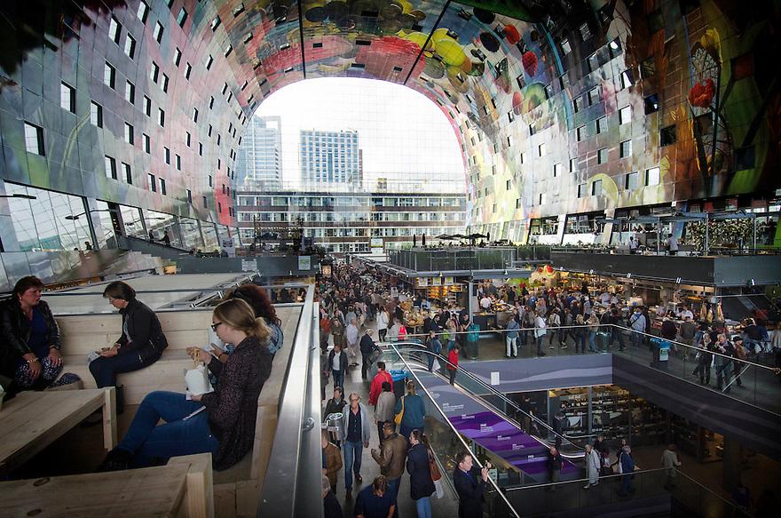 10okt2014<br /> Overzicht over het winkelende publiek en de picknickplekjes in de nieuwe markthal in Rotterdam.<br /> (c)renee teunis