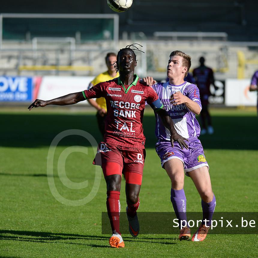 SW Harelbeke - SV Zulte Waregem : Mbaye Leye (links) in een duel met Willem Vandepitte (r)<br /> foto VDB / BART VANDENBROUCKE