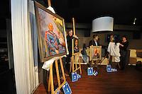 VOETBAL: HEERENVEEN: 12-01-2016, ABE LENSTRA STADION: Amstel Lounge, Nieuwsjaarsreceptie SC Heerenveen, &copy;foto Martin de Jong<br /> <br /> Onthulling &lsquo;Onbekende sterren op het doek&rsquo; <br /> De winnaars van de gemaakte portretten van drie vrijwilligers van sc Heerenveen werden bekend gemaakt tijdens de Nieuwsjaarsreceptie van SC Heerenveen. <br /> Ter ere van het tienjarig jubileum van de Klassieke Academie voor Beeldende Kunst Groningen worden tal van lustrumprojecten georganiseerd met verschillende thema&rsquo;s. Sport en Kunst is hier &eacute;&eacute;n van.<br />  <br />  <br /> Voetbalmoeder Nazan Sahakyan, materiaalman Hans Moesman en koffiejuffrouw Jopie Roepel werden door vier schilders op geheel eigen wijze op het doek vereeuwigd. Deze onbekende, maar belangrijke, sterren van sc Heerenveen maken het voetbal mogelijk vanuit hun betrokkenheid en passie voor de club. Hoog tijd om deze belangrijke krachten uit de anonimiteit te halen en tot het sterrendom te verheffen.<br />  <br /> Een deskundige jury bestaande uit Eric Bos en Jantien de Boer van de Klassieke Academie, Foppe de Haan en Hans Vonk van sc Heerenveen en uiteraard de geportretteerden zelf, hebben drie winnende doeken uitgekozen. <br /> Het winnende doek krijgt een mooie plaats in het Abe Lenstra stadion.
