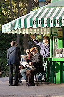 Portugal, Lisbon: Locals reading newspapers at library kiosk in Jardim da Estrela | Portugal, Lissabon: Einheimische Maenner beim Zeitung lesen am Kiosk im Jardim da Estrela