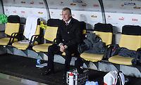 Fussball International  WM Qualifikation 2014   in Bern Schweiz - Slowenien         15.10.2013 Trainer Ottmar HITZFELD (Schweiz) geniest den Erfolg, es setzt sich bei der Ehrenrunde der Spieler wieder auf die Bank.