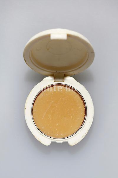 round little make up box