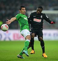 FUSSBALL   1. BUNDESLIGA   SAISON 2012/2013    22. SPIELTAG SV Werder Bremen - SC Freiburg                                16.02.2013 Oezkan Yildirim (li, SV Werder Bremen) gegen Cedric Makiadi (re, SC Freiburg)