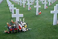 Francia Tombe al cimitero di guerra americano in Normandia con fiori e bandiere americane e francesi Graves at the American cemetery in Normandy, France