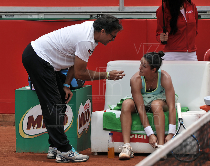 BOGOTA - COLOMBIA - 16-04-2016: Lara Arruabarrena de España, recibe instrucciones de su técnico, durante partido por el Claro Colsanitas WTA, que se realiza en el Club El Rancho de Bogota. / Lara Arruabarrena of Spain, recibes instructions of her coach, during a match for the WTA Claro Colsanitas, which takes place at Club El Rancho de Bogota. Photo: VizzorImage / Luis Ramirez / Staff.
