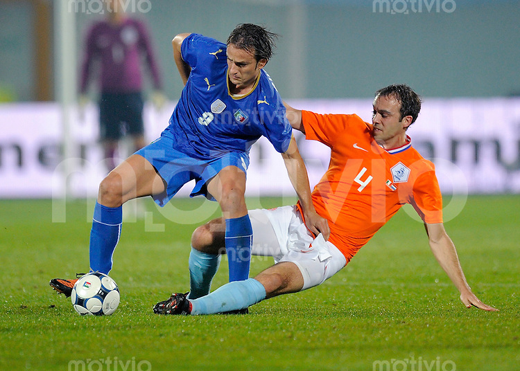 Fussball Nationalmannschaft :  Saison   2009/2010    14.11.2009 Freundschaftsspiel , Italien - Niederlande , Holland , ITA - NED ,  Mathijsen (re, NED)  gegen Gilardino (li, ITA)