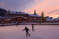 Europe/France/Rhone-Alpes/74/Haute-Savoie/Megève: la patinoire et le village dans la lumière du soir