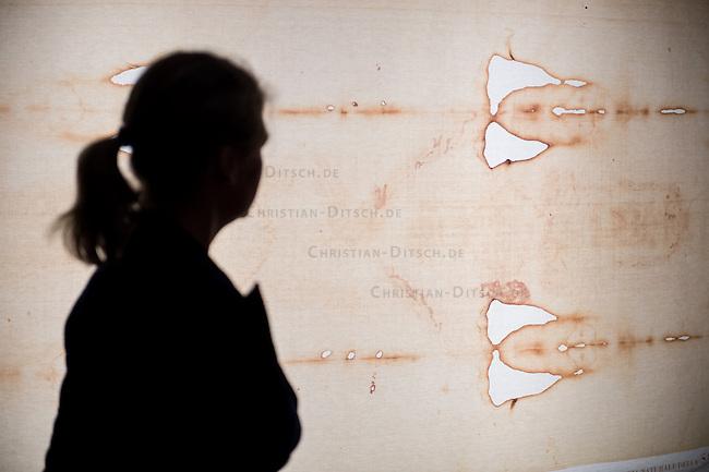 &bdquo;Wer ist der Mann auf dem Tuch?&ldquo;, fragt die erste in Deutschland praesentierte Ausstellung zum sog. Turiner Grabtuch.<br /> Vom 23.Januar bis zum 11.Maerz 2015 kann eine Nachbildung des Grabtuches und sowie ein Korpus, der aus einer 3D-Betrachtung der Spuren am Tuch gefertigt<br /> wurde, im Malteser-Saal in Berlin-Charlottenburg besichtigt werden. Weitere Ausstellungsstuecke sind unter anderem eine Dornenhaube oder Naegel, die zur<br /> damaligen Zeit bei einer Kreuzigung verwendet wurden.<br /> 22.1.2015, Berlin<br /> Copyright: Christian-Ditsch.de<br /> [Inhaltsveraendernde Manipulation des Fotos nur nach ausdruecklicher Genehmigung des Fotografen. Vereinbarungen ueber Abtretung von Persoenlichkeitsrechten/Model Release der abgebildeten Person/Personen liegen nicht vor. NO MODEL RELEASE! Nur fuer Redaktionelle Zwecke. Don't publish without copyright Christian-Ditsch.de, Veroeffentlichung nur mit Fotografennennung, sowie gegen Honorar, MwSt. und Beleg. Konto: I N G - D i B a, IBAN DE58500105175400192269, BIC INGDDEFFXXX, Kontakt: post@christian-ditsch.de<br /> Bei der Bearbeitung der Dateiinformationen darf die Urheberkennzeichnung in den EXIF- und  IPTC-Daten nicht entfernt werden, diese sind in digitalen Medien nach &sect;95c UrhG rechtlich geschuetzt. Der Urhebervermerk wird gemaess &sect;13 UrhG verlangt.]