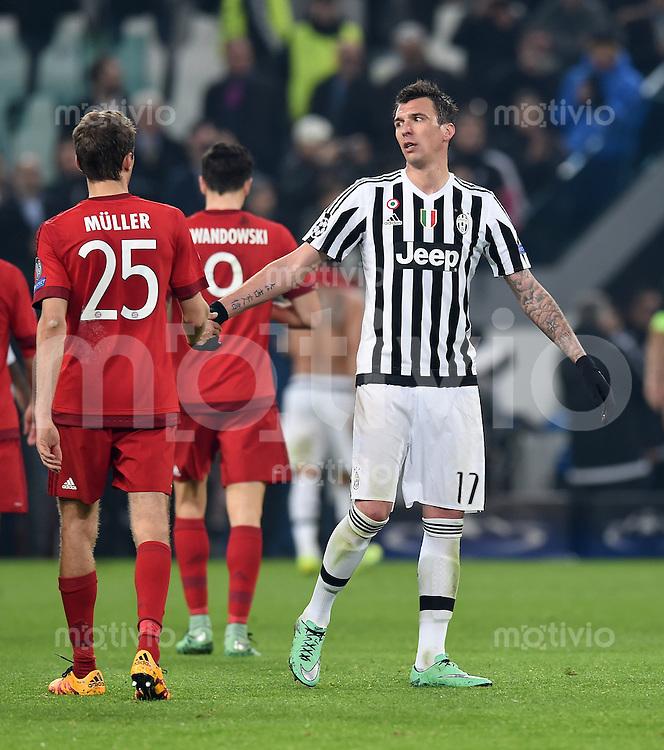 FUSSBALL CHAMPIONS LEAGUE  SAISON 2015/2016 ACHTELFINAL HINSPIEL Juventus Turin - FC Bayern Muenchen             23.02.2016 Mario Mandzukic (re, Juventus Turin) klatscht Thomas Mueller (li, FC Bayern Muenchen) nach dem Spiel ab