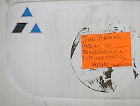 Querétaro, Qro. 3 de noviembre 2015. Hoy continúan las cartulinas en contra de Juan Barrios pegadas a algunas unidades del transporte público. Mientras unas señalan que más de la mitad de la Unión no lo reconoce, otros le reprochan supuestos actos de corrupción. Foto: Alejandra L. Beltrán / Obture Press Agency.