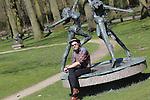 Foto: VidiPhoto<br /> <br /> DEN BILT - Tibo bekijkt  de beelden van zijn in 2014 overleden vader, beeldend kunstenaar Jits Bakker, in museumbeeldenpark Beerschoten in De Bilt. De familie is woest op grondeigenaar Utrechts Landschap. Die wil dat de 30 sculpturen en beelden van de wereldberoemde kunstenaar daar verdwijnen omdat er andere plannen zijn met het park. Welke plannen dat precies zijn -anders dan een herinrichting van het gebied- wil de landschapsbeheerder volgens Tibo niet zeggen. Tibo, die tevens bestuurslid is van de beheersstichting Provinciaal Beeldenpark Jits Bakker, noemt de houding van het Utrechts Landschap &quot;respectloos.&quot; &quot;Er wordt door hen een smerig spelletje gespeeld. De beelden zijn door Jits als collectie aan de bevolking geschonken. Nu hij niet meer leeft moeten zijn beelden blijkbaar ook verdwijnen.&quot; Inmiddels is de gemeente Renkum, de geboorteplaats van Jits Bakker, bereid gevonden om een plek te zoeken voor de collectie. Omdat de provincie Utrecht sinds 2009 economisch eigenaar is van de beelden, moet het provinciebestuur toestemming geven voor de verhuizing. De totale waarde van de beelden wordt geschat op enkele miljoenen euro's.