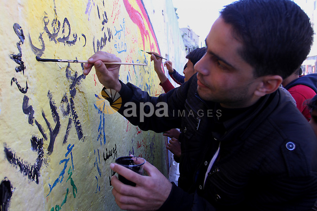 Palestinians paint a mural during a rally marking the Palestinian disabled Day, in Rafah in the southern Gaza strip on Dec. 07, 2015. Photo by Abed Rahim Khatib