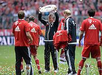 Fussball 1. Bundesliga   Saison  2012/2013   34. Spieltag   FC Bayern Muenchen  - FC Augsburg     11.05.2013 JUBEL; Deutscher Meister 2012/2013 FC Bayern Muenchen Trainer Jupp Heynckes mit Schale
