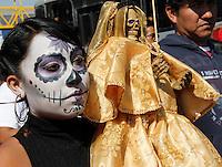 """OAXACA DE JUAREZ.- La mañana de este dos de noviembre, se llevo a cabo como cada año, la calenda de """"La Santa Muerte"""" o """"Niña Blanca"""" como la llaman afectuosamente sus seguidores, la cual partió del parque del """"Amor"""" y tuvo como recorrido el periderico de la capital oaxaqueña, hasta concluir en la capilla de esta deidad en el fraccionamiento El Rosario.Y es que a decir de los creyentes, esta celebración la realizan anualmente para agradecer los favores recibidos durante el año, ya que la Señora Blanca como también le dicen; es capaz de cumplir diversas peticiones según testimonios de sus devotos en su mayoría jóvenes, por eso ha incrementado el numero de sus seguidores.Cabe destacar que la Santa Muerte es una figura originaria de México y sus orígenes datan desde la época prehispánica, ya existe el registro de que los Aztecas, Zapotecas y Mixtecas veneraban a Mictlantecuhtli, dios del inframundo (mictlán) y de los muertos; además de Mictecacíhuatl, señora de la muerte.En este contexto, los indígenas ancestrales partían de la creencia de que los muertos por causas naturales iban al Miclán; pero antes de llegar tenían que cruzar numerosos obstáculos.Foto: REBECA LA MADRID / AGENCIA OBTURA."""