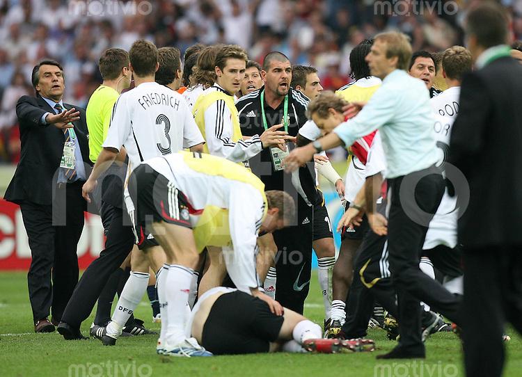 Fussball WM 2006  Viertelfinale   Deutschland 5-3 Argentinien Argentienier sind schlechte Verlierer, Rangelei nach dem Ende des Spiels. Per MERTESACKER (GER,Mitte Boden) bekommt von Leandro CUFRE (ARG) einen Tritt in den Unterleib