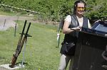 Foto: VidiPhoto<br /> <br /> BIDDINGHUIZEN &ndash; De eerste 130 cursisten hebben maandag in Biddinghuizen de drie verplichte onderdelen voor het jachtexamen afgelegd op de schietbaan Dorhout Mees in Biddinghuizen. Tot donderdag volgen er nog ruim 700 jagers in sp&eacute;. Wettelijk verplicht voor het jachtdiploma zijn hagelschieten (op kleiduiven), kogelschieten (op schijf met afbeelding een reebok) en jachtpraktijk (veilig omgaan met geweer). Met 875 cursisten is de jachtopleiding dit jaar volgeboekt. Jagen is enorm populair. Opvallend is een stijgend aantal jagende vrouwen, jongeren en mensen uit de Randstad. Het aantal vrouwen dat jachtexamen doet is dit jaar zelfs hoger dan ooit: bijna 14 procent. Dit jaar hebben 440 jonge cursisten zich ingeschreven, de helft van het totaal. Foto: Waarneemster Pascal de Valk (31).