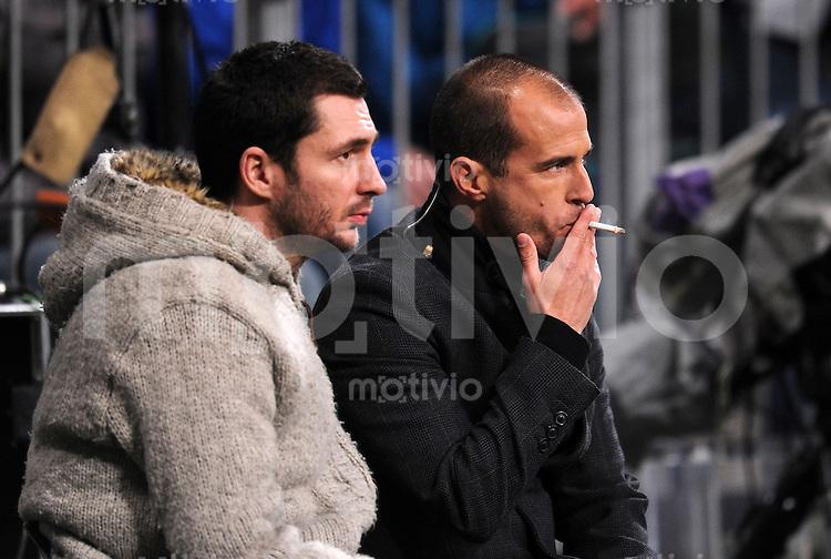 Fussball DFB Pokal:  Saison   2010/2011    2. Hauptrunde  26.10.2010 FC Bayern Muenchen - SV Werder Bremen Mehmet Scholl raucht eine Zigarette und schaut das Spiel von der Seitenlinie an