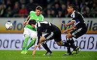 FUSSBALL   1. BUNDESLIGA   SAISON 2011/2012   27. SPIELTAG VfL Wolfsburg - Hamburger SV         23.03.2012 Mario Mandzukic (li, VfL Wolfsburg) gegen Heiko Westermann (Mitte) und Michael Mancienne (re, beide Hamburger SV)