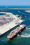 Nederland, Zuid-Holland, Rotterdam, 10-06-2015; Tweede Maasvlakte.<br /> Container Ship Le  Havre van APL (American President Lines) meert af aan de containerterminal van RWG (Rotterdam World Gateway), geassisteerd door twee sleepboten van Kotug. De vlet van de roeiers van de KRVE zorgt voor de trossen. Noordzee en ingang Nieuwe Waterweg in de achtergond.<br /> Container Ship Le Havre APL (American President Lines) moors at the container terminal of RWG (Rotterdam World Gateway), assisted by two tugs Kotug.<br /> luchtfoto (toeslag op standard tarieven);<br /> aerial photo (additional fee required);<br /> copyright foto/photo Siebe Swart