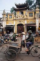 Asie/Vietnam/Hanoi: Conducteur de cyclo-pousse devant la pagode Nuyen Thuyen