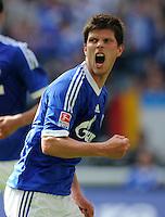 FUSSBALL   1. BUNDESLIGA   SAISON 2011/2012   33. SPIELTAG FC Schalke 04 - Hertha BSC Berlin                         28.04.2012 Klaas Jan Huntelaar (FC Schalke 04) bejubelt sein Tor zum 1:0