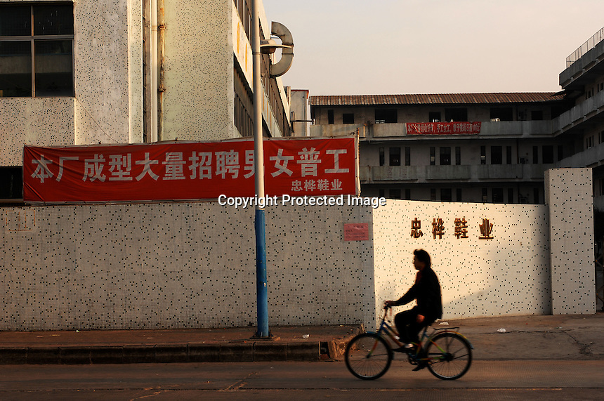 A sign advertisiing for workers at Jet Shoe Manufacturing in  Houjie Town, Donguan, China.  Jet is struggling to find workers. As the economy changes and Chinese labour gets more expensive, factories are cosing leaving ghost towns behind them.<br /> <br /> MUST CREDIT PHOTO BY RICHARD JONES/SINOPIX
