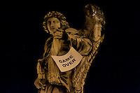 Roma 7 Febbraio 2011.Le statue di Roma tornano a parlare,  durante la notte  sono stati appesi dei cartelli sulle staue che fanno riferimento alla situazione politica attuale. Statua di Ponte Sant'Angelo