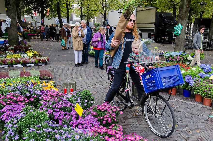 Nederland, Utrecht, 27 sept 2014<br /> Bloemenmarkt op zaterdag op het Janskerkhof te Utrecht. Vader met dochtertje op de fiets heeft bloemen gekocht<br /> Foto: (c) Michiel Wijnbergh