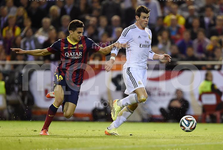 FUSSBALL  INTERNATIONAL Copa del Rey FINALE  2013/2014    FC Barcelona - Real Madrid            16.04.2014 Gareth Bale (re, Real Madrid) gegen Marc Bartra (li, Barca)