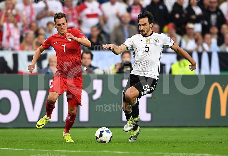 FUSSBALL EURO 2016 GRUPPE C IN PARIS Deutschland - Polen    16.06.2016 Arkadiusz Milik (li, Polen) gegen Mats Hummels (Deutschland)