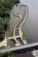 Fischpass Geesthacht: EUROPA, DEUTSCHLAND, SCHLESWIG- HOLSTEIN, GEESTHACHT, (GERMANY), 01.05.2014: Ein Fischweg oder Fischpass auch Fischwanderhilfe, im Volksmund haeufig nur Fischtreppe genannt,  ist eine wasserbauliche Vorrichtung, die in Flie&szlig;gewaessern installiert wird, um vor allem Fischen im Rahmen der Fischwanderung die Moeglichkeit zu geben, Hindernisse Stauwehre  zu ueberwinden.<br /> Alle Flie&szlig;gewaesser Organismen sind auf die Durchwanderbarkeit der Gewaesser angewiesen. Fischwanderhilfen werden also an Wanderhindernissen in Flie&szlig;gewaessern angeordnet. Sie ermoeglichen Fischen und auch Kleintieren der Gewaessersohle (Makrozoobenthos) die Ueberwindung von  kuenstlichen Hindernissen.