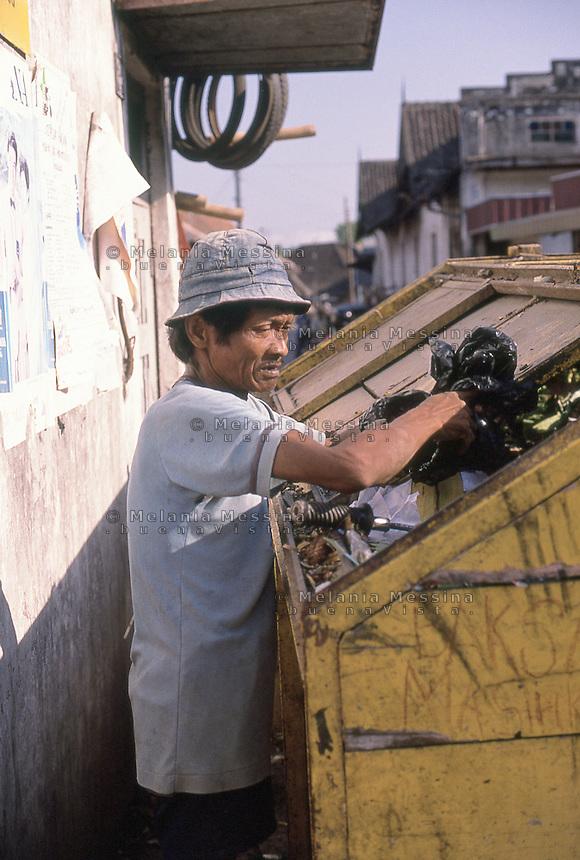 Indonesia; Java, Yogyakarta, homeless.<br /> Indonesia, Giava, Yogyakarta, senza tetto rovista tra la spazzatura.