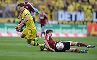 FUSSBALL   1. BUNDESLIGA  SAISON 2012/2013   2. Spieltag 1. FC Nuernberg - Borussia Dortmund       01.09.2012 Timm Klose (re, 1 FC Nuernberg) gegen Robert Lewandowski (Borussia Dortmund)