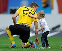 Fussball, 2. Bundesliga, Saison 2011/12, SG Dynamo Dresden - FC St.Pauli, Sonntag (29.04.12), gluecksgas Stadion, Dresden. Dresdens Zlatko Dedic mit seiner Tochter Sara nach dem Spiel.