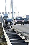 Foto: VidiPhoto<br /> <br /> EWIJK - De nieuwe goudmijn van justitie op de brug in de A50 tussen knooppunt Valburg en Ewijk vrijdag. De radarapparatuur flitst achter elkaar omdat automobilisten weigeren zich aan de maximumsnelheid van 90 km/u te houden. De nieuwe brug is vanwege werkzaamheden aan de oude Waalbrug versmald, waardoor Rijkswaterstaat de snelheid op de zesbaans snelweg heeft terug gebracht naar 90 km/u. Maar ondanks waarschuwingsborden en boetes trekt het autoverkeer zich weinig aan van de limiet. In zes weken tijd zijn er dertig verkeerscontroles uitgevoerd met in totaal 19.000 bekeuringen als resultaat. In vergelijking met andere wegvakken is dat een enorm aantal. De politie heeft geen verklaring voor het feit dat automobilisten op deze plek massaal en continue de maximumsnelheid aan hun laars lappen. Er zitten zelfs mensen bij die voor de derde of vierde keer een bon krijgen.