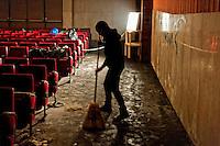 Roma 13 Novembre 2012.Ri_Pubblica, ha occupato il cinema America, a Trastevere..A questo spazio è stato  dato il nome di Ri_Pubblica perchè si vuole aprire una possibilità di riappropriazione dei beni comuni e dei servizi pubblici per tutti/e.Gli occupanti  puliscono l'interno del cinema.