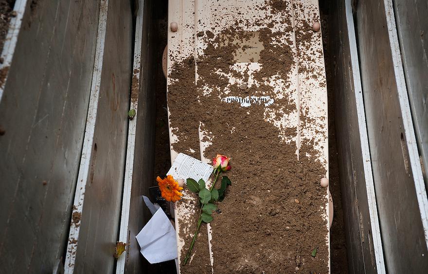 Nederland, Marken, 5 okt  2011.Begrafenis Frits Gerritsen, fotograaf, lid GKf.Kist in graf..Foto (c): Michiel Wijnbergh