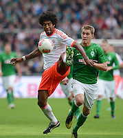 FUSSBALL   1. BUNDESLIGA  SAISON 2012/2013   6. Spieltag  29.09.2012 SV Werder Bremen - FC Bayern Muenchen    Dante (li, FC Bayern Muenchen) gegen Nils Petersen (SV Werder Bremen)