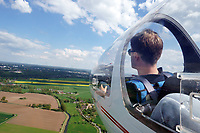 Segelflugausbildung mit  Flugschueler in einer ASK 21: EUROPA, DEUTSCHLAND, HAMBURG (EUROPE, GERMANY), 14.05.2017: Segelflugausbildung mit  Flugschueler in einer ASK 21