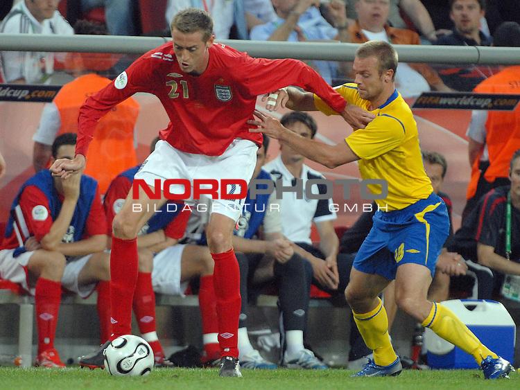 FIFA WM 2006 -  Gruppe B Vorrunde ( Group B )<br /> <br /> Play    #35 (20-Jun) - Schweden vs England <br /> <br /> <br /> <br /> Peter Crouch (ENG) gegen Fredrik Ljungberg (SWE)<br /> <br /> <br /> <br /> Foto &copy; nordphoto
