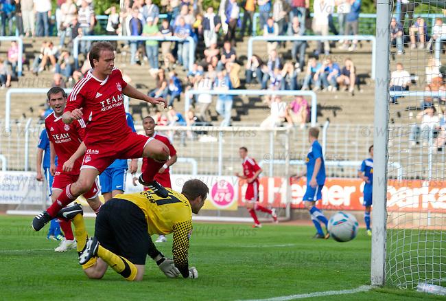 Darren Mackie scores for Aberdeen