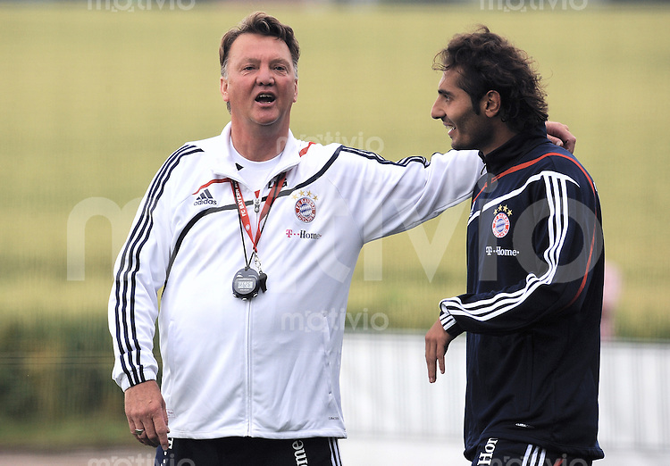 FUSSBALL     1. BUNDESLIGA     SAISON 2009/2010     17.07.2009 Trainingslager in Donaueschingen Training beim FC Bayern Muenchen  links, Trainer Louis van Gaal  mit Hamit Altintop  ( re, FCB )