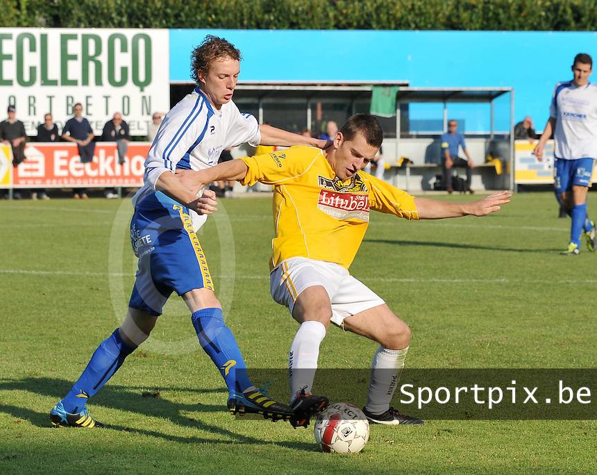 SC Wielsbeke - KSV Diksmuide : duel om de bal tussen Steven De Marez aan de bal en Aaron Vandendriessche die hem naar beneden trekt..foto VDB / BART VANDENBROUCKE