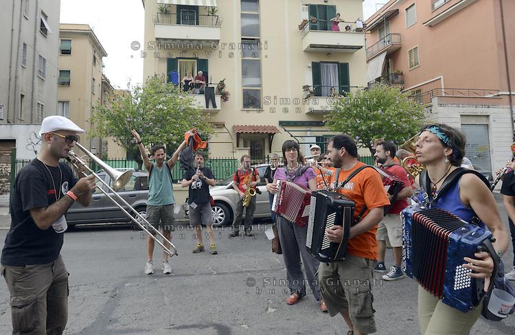 Roma, 22 Giugno 2013<br /> Centocelle<br /> Riunione europea di Bande musicali di strada.<br /> <br /> 16 Bande musicali provenienti da varipaesi europei si incontrano nel  parco Madre Teresa di Calcutta e poi nelle strade del quartiere in corteo
