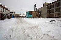 Detroit: paesaggio urbano con la neve. Una strada deserta innevata. Vecchi edifici.