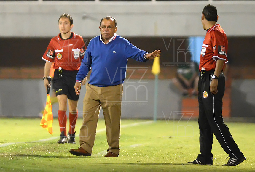 ENVIGADO - COLOMBIA-24-10-2013: Jorge Bernal (Cent.) técnico del Itagüi Ditaires de Colombia, durante partido en el estadio Polideportivo Sur de la ciudad de Envigado, octubre 24 de 2013. Itagüi Ditaires y Coritiba durante partido de vuelta por la Copa Total Suramericana 2013. (Foto: VizzorImage / Luis Rios / Str).  Jorge Bernal (C) coach of Itagüi Ditaires from Colombia during a match at the Polideportivo Sur Stadium in Envigado city, October 24, 2013. Itagüi Ditaires and Curitiba during a return match for the eighth finals round of theTotal Suramericana Cup 2013. (Photo: VizzorImage / Luis Rios / Str).