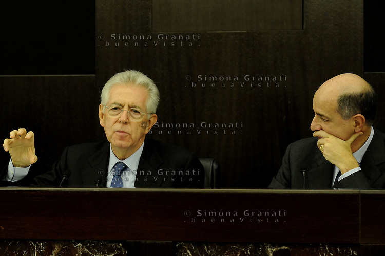 Roma, 4 Dicembre 2011.Il Governo Monti presenta alla stampa la manovra economica..Mario Monti, Corrado Passera