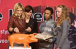 Nederland, Amsterdam, 06-10-2008 Prinses Maxima opent de tentoonstelling Geld en je Leven in het bezoekers centrum van de Nederlandsche Bank. Naast de prinses Nederlandche Bank directeur Joanne Kellerman. Netherlands, Amsterdam, 06-10-2008 Princess Maxima (L) opens the exhibition Money and your Life in the visitors' center of the Nederlandsche Bank. FOTO: Gerard Til
