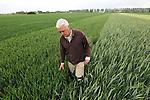 Foto: VidiPhoto<br /> <br /> HUISSEN - Akkerbouwer Gerard Steenhof uit Huissen controleert de graan- en bietendemovelden van AgruniekRijnvallei op zijn akkers.