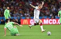 FUSSBALL WM 2014                ACHTELFINALE Deutschland - Algerien               30.06.2014 Bastian Schweinsteiger (re, Deutschland) enteilt Aissa Mandi (li, Algerien)